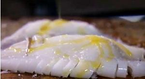 посолить кальмара и полить его оливковым маслом