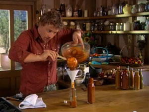 Джейми разливает кетчуп по бутылкам