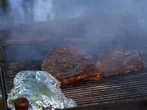 Мясо готовится на гриле