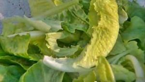крупно нарвать листья салата