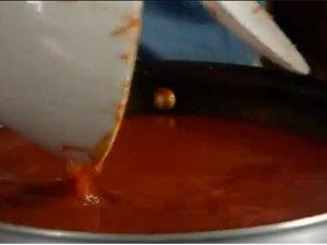 Готовый соус протереть через сито и уварить