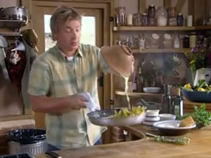 Как правильно смешать соус с пастой и кабачками