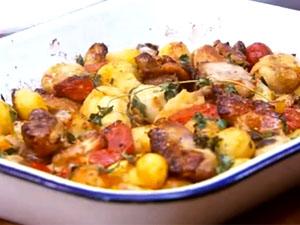 Запеченная курица с картофелем и помидорами  готова