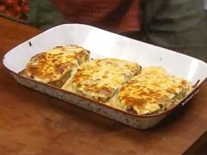 Готовые гренки с чатни из красного перца и сыром
