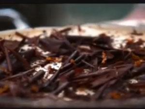 Посыпать тирамису дробленным кофе и шоколадом
