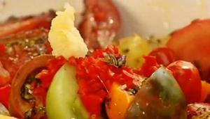 добавить в помидорный салат чеснок