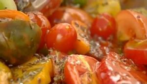 добавить в салат из помидоров орегано и масло