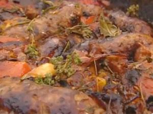 Готовое блюдо - запеканка с помидорами и колбасками
