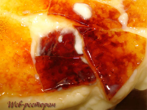Карамель на поверхности десерта