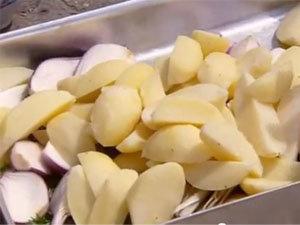 Добавить лук и картофель в форму