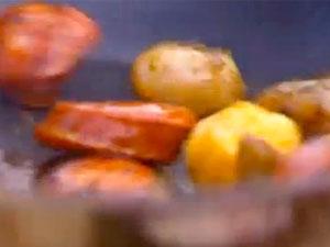 Колбаса и картофель в сковородке