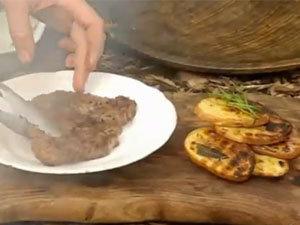 Готовое блюдо: стейк с хрустящим картофелем