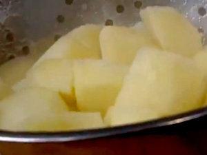 Картофель отварной подается а ароматным маслом