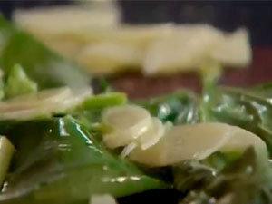 Обжарить чеснок и базилик