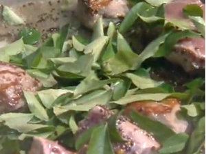 Добавить к баранине листья карри
