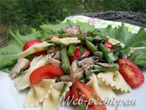Как подать салат с макаронами и скумбрией