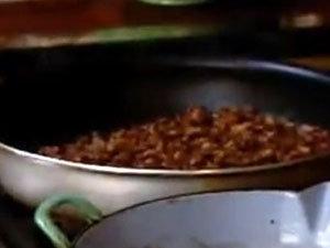 Обжарить фарш для салата