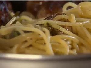 Как подать блюдо - фрикадельки и спагетти