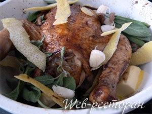 Добавить к курице приправы