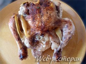 Готовая запеченная курица целиком