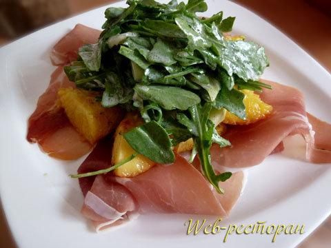 Закуска с салатом и персиками