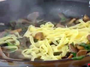 Вегетарианское блюдо - паста с грибами