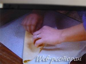 Раскатать песочное тесто для яблочного пирога