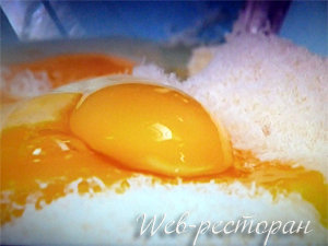 Добавить яйца к заливке для тарта