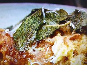 Подать суп с капустой и хлебом и ароматным маслом с шалфеем