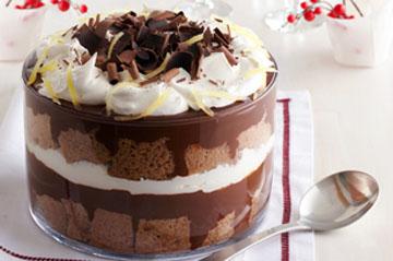Шоколад натереть и посыпать готовый десерт!