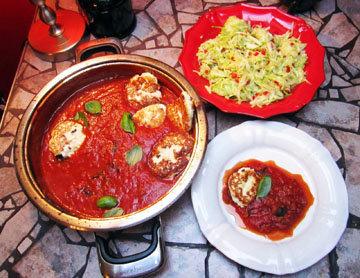 Подача блюда - оладьи с соусом и салатом