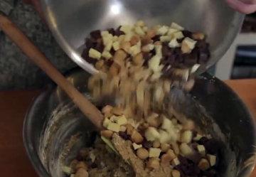 В тесто всыпать рубленые орехи и шоколад