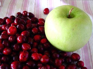 Клюква и яблоки для соуса