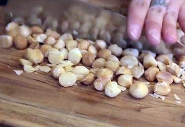 Орешки макадамия - порубить ножом