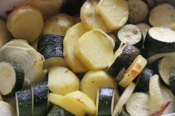 Овощи очистить и нарезать крупными кусочками