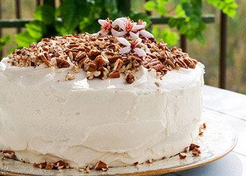 Торт посыпать ореховой крошкой и украсить съедобными цветами