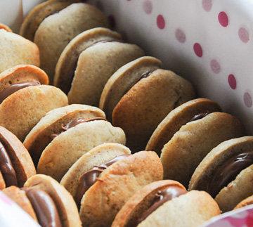 Каждое печенье смазать сгущенкой