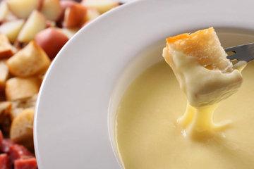 Для сырного фондю подойдут разные продукты