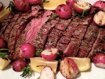 Заправить салат и подать, выложив мясо на салат