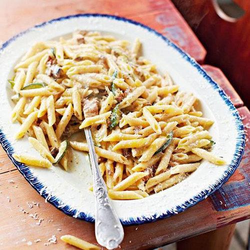 Итальянская паста карбонара с копченой скумбрией