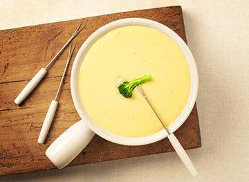К сырному фондю подать длинные вилки
