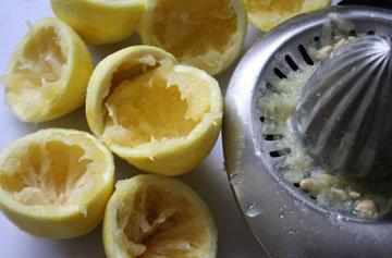 Отжать лимонный сок