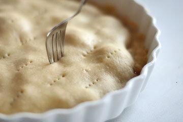 Положить тесто на лук
