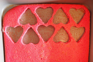При помощи формочки для печенья в виде сердечек вырезать сердечки