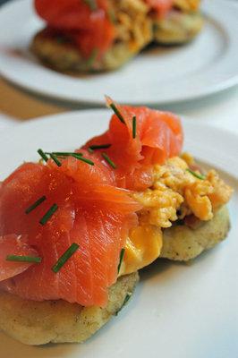 завтрак по-шотландски состоит из картофельных оладий, семги и яичницы