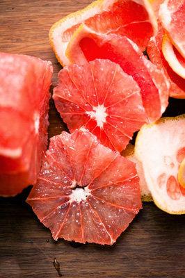 Апельсины нарезать тонкими кружочками