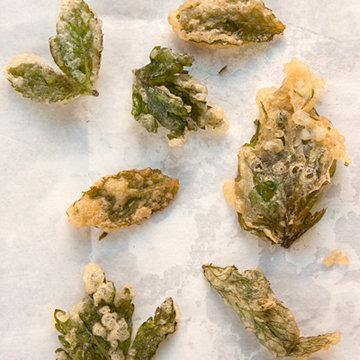 Как вариант можно приготовить овощи, даже травы и цветы с темпурой