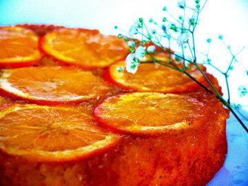Подать апельсиновый пирог из песочного теста с йогуртом, мороженым или сливками