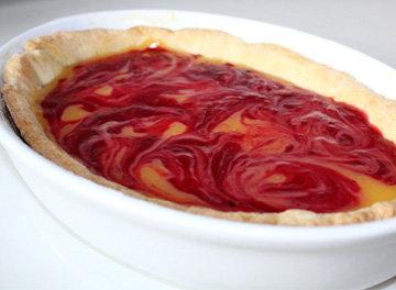 Выложить крем на тесто, сверху мармелад из ягод - нарисовать разводы
