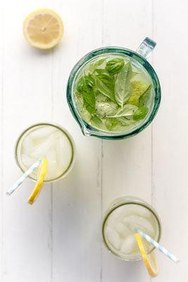 Для подачи наливать сироп в стакан, добавить лед и долить минеральной воды